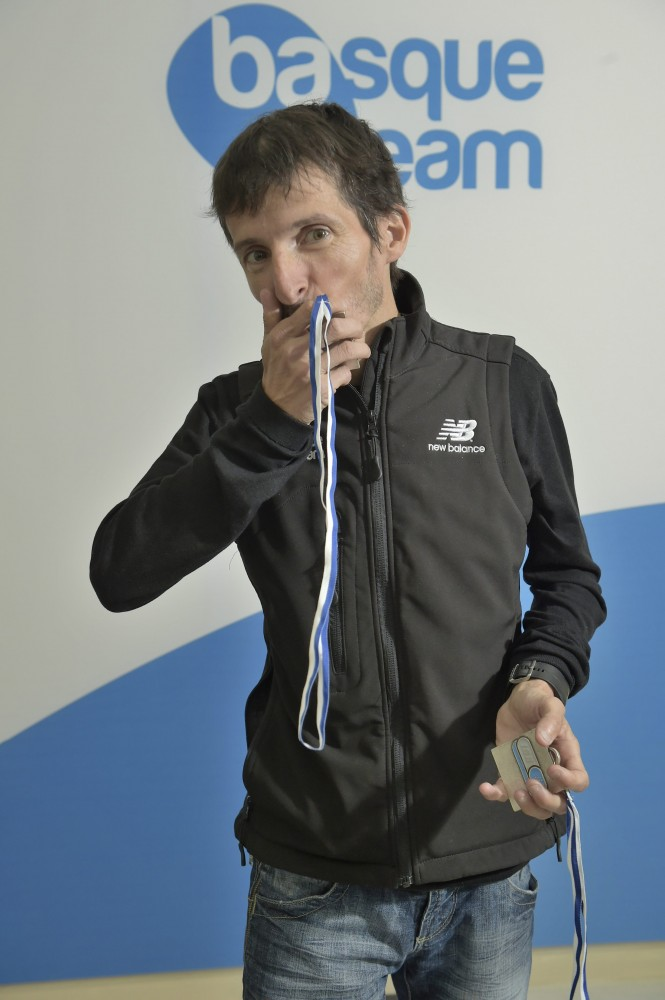 Asier-Cuevas-con-sus-medallas-en-las-instalaciones-de-Basque-Team