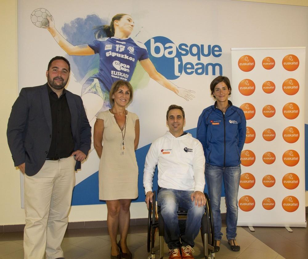 El-director-de-Deportes-del-Gobierno-Vasco-Jon-Redondo-y-la-Directora-de-Relaciones-Institucionales-de-Euskaltel-Nerea-Lupardo-junto-al-jugador-de-tenis-de-mesa-Iker-Sastre-y-la-triatleta-Gurutze-Frades