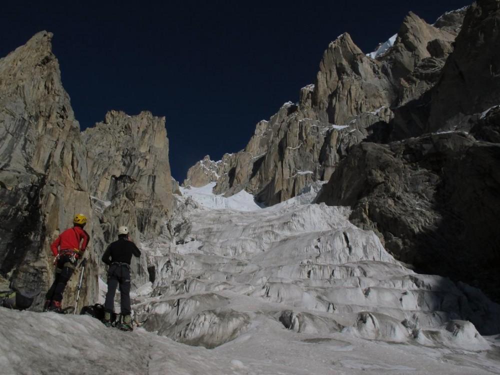 MIkel-y-Juan-a-4.700-metros-en-un-pasillo-inaccesible-por-las-avalanchas