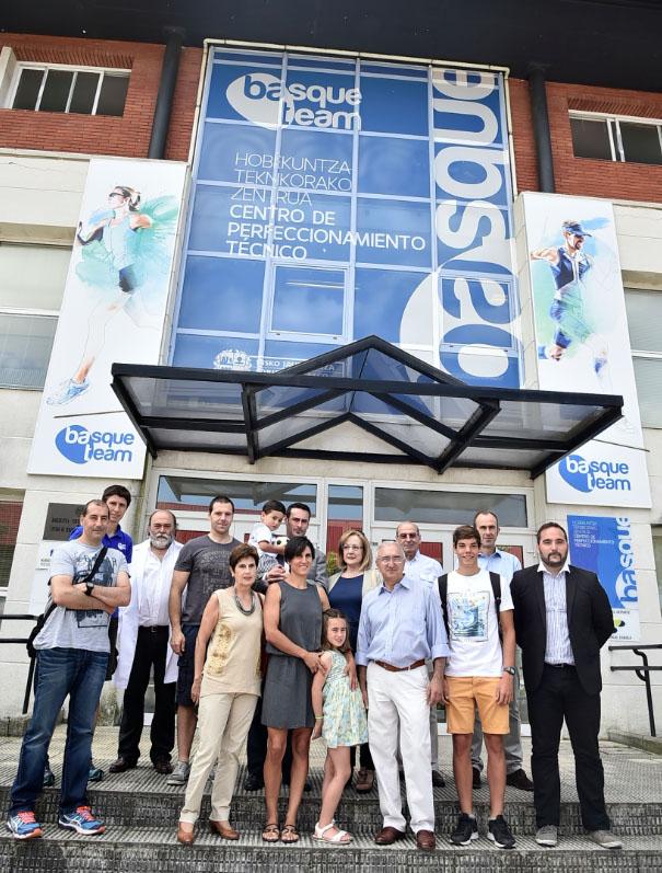 Naiara-ha-querido-posar-con-los-responsables-y-técnicos-de-Basque-Team-familiares-y-amigos