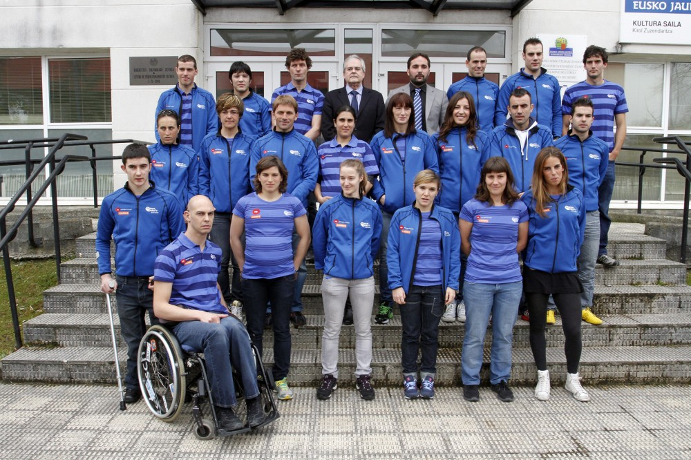 Antonio-Oña-Director-de-Relaciones-Institucionales-de-EDP-Naturgas-Energía-y-Jon-Redondo-Director-de-Deportes-del-Gobierno-vasco-con-deportistas-de-Basque-Team