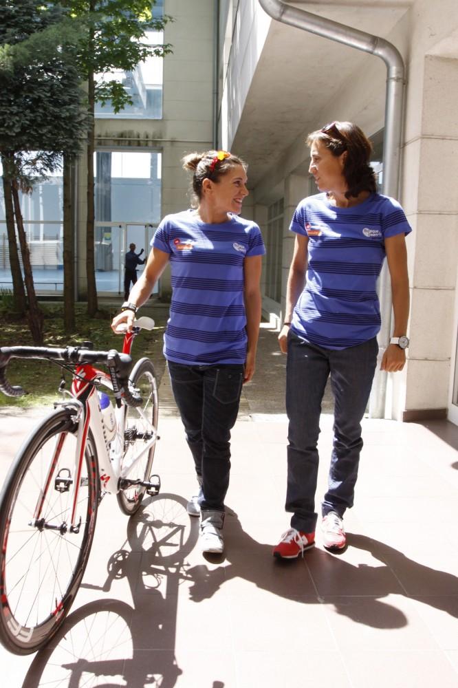 las-triatletas-Zuriñe-Rodríguez-y-Ainhoa-Murua-esta-mañana-en-la-sede-de-Basque-Team