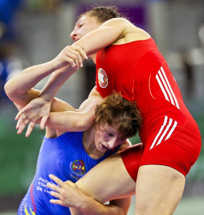 SUKI018 BAKÚ (AZERBAIYÁN) 16/06/2015.- La luchadora española Maider Unda González de Audicana (azul) se enfrenta a la bielorrusa Vasilisa Marzaliuk (rojo) durante un combate de semifinales de lucha libre en la categoria de 75 kilos de los I Juegos Europeos en Bakú (Azerbaiyán) hoy, martes 16 de junio de 2015. EFE/Srdjan Suki